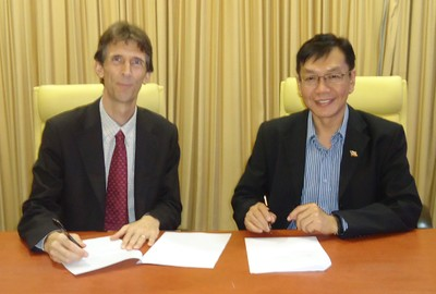 Peter McGrath, TWAS programme officer, on a recent visit to UPM, Malaysia, witnessing the two agreements with Bujang Kim Huat, dean of UPM's School of Graduate Studies.