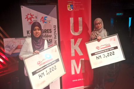 Tan Nui Jin (right) and Dr. Siti Aimi Sarah Zainal Abidin with their respective winning plaques from the Bicara Tuntas Competition 2015.