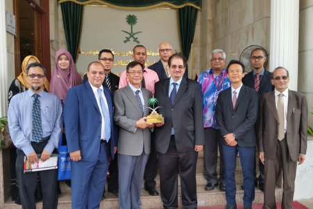 Dr. Zayed O. Al-Harethi (fourth from left of the front row), the Cultural Attaché of the Royal Embassy of Saudi Arabia, and Prof. Bujang (third from left of the front row) with the delegates of UPM