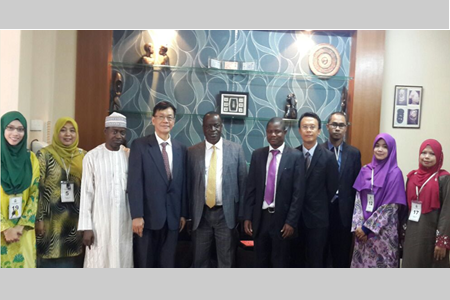Mr. Amos M. Shamaki, the Minister (Consular & Immigration) of High Commission of the Federal Republic of Nigeria (fifth from left), and Prof. Bujang (fourth from left) with the rest of the delegates from UPM