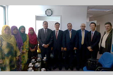 Mr. Sami Dheyab Mahal (fifth from left), the Cultural Attaché of the Embassy of the Republic of Iraq with Prof. Bujang (sixth from left) and the rest of the delegates of UPM