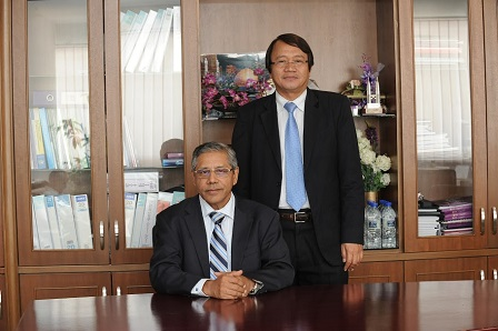 Prof Dato 'Dr Mohamed Shariff (sitting) with Prof. Dr. Mohd Hair