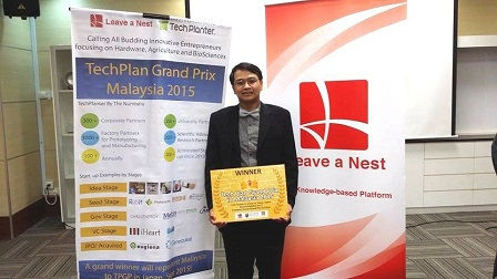 Dr. Khoo Hock Eng with the winning prize