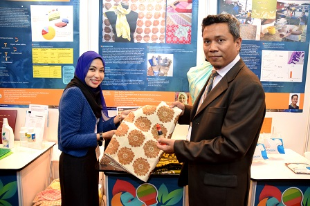 Associate Prof. Dr. Nazlina and Deputy Director of Innovation Promotion and Marketing Deputy Director, Dr. Mohamad Fakri Zaky Ja`afar, showing an innovation Utilizing Sago Waste as a Natural Ecopaste in Textile Prints which succeeded to win the heart