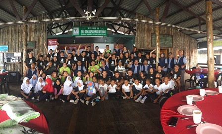 UPM team with NGO activists and school children of Pulau Mabul at the opening ceremony of Green Into Cash programme