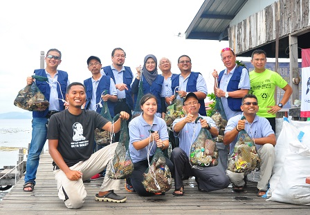UPM team of researchers from the Faculty of Forestry, Design and Architecture Faculty and the Institute of Agricultural and Food Policy Studies collecting rubbish thrown into the sea by tourists