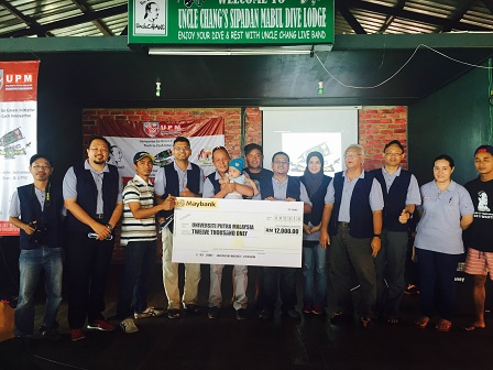Uncle Chang's Dive Lodge who contributed RM20,000 for the project for the first time in last January, handing over an additional contribution of RM12,000 to UPM team of researchers