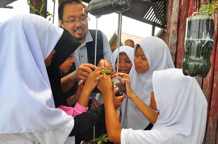 Dean of Design and Architecture Faculty, Assoc. Prof. LAr, Dr. Osman Mohd. Tahir highlighting the concept of permaculture to school children of Pulau Mabul (1)