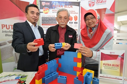 Prof Dato' Ir. Abang Abdullah (centre) holding a demonstration using Putra Blok model.