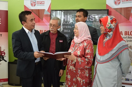 Prof. Datin Paduka Dr.Aini (second from right) exchanging MoA documents with Azhar Azwari (left) witnessed by Prof Dato' Ir. Abang Abdullah (second from left).