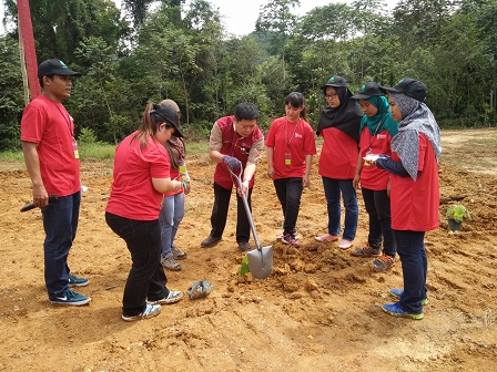 Dr. H'ng Paik San and INTROP students as well as students from the Agriculture Faculty, planting the saplings.